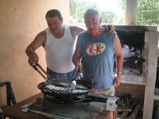 Jose y Luis, asando sardinas