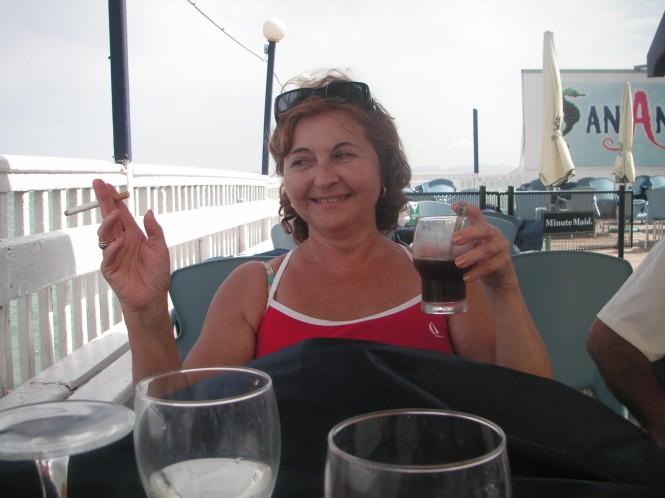 ¡Fumando y bebiendo!, que ejemplo para su sobrina